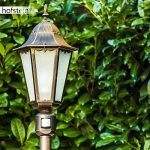 Lampadaire extérieur HONGKONG FROST en fonte d'aluminium de couleur bronze/doré et verres opales - Petit réverbère de jardin avec détecteur de mouvement - Luminaire pour chemin classique IP44 de la marque Hofstein image 1 produit